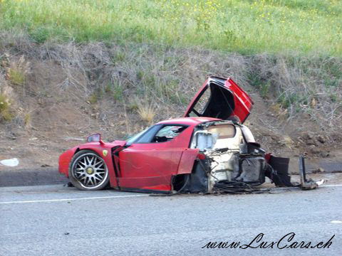 quelque defeinte !!!! LuxCars_Ferrari_Enzo_Crash_01