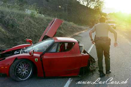 quelque defeinte !!!! LuxCars_Ferrari_Enzo_Crash_04